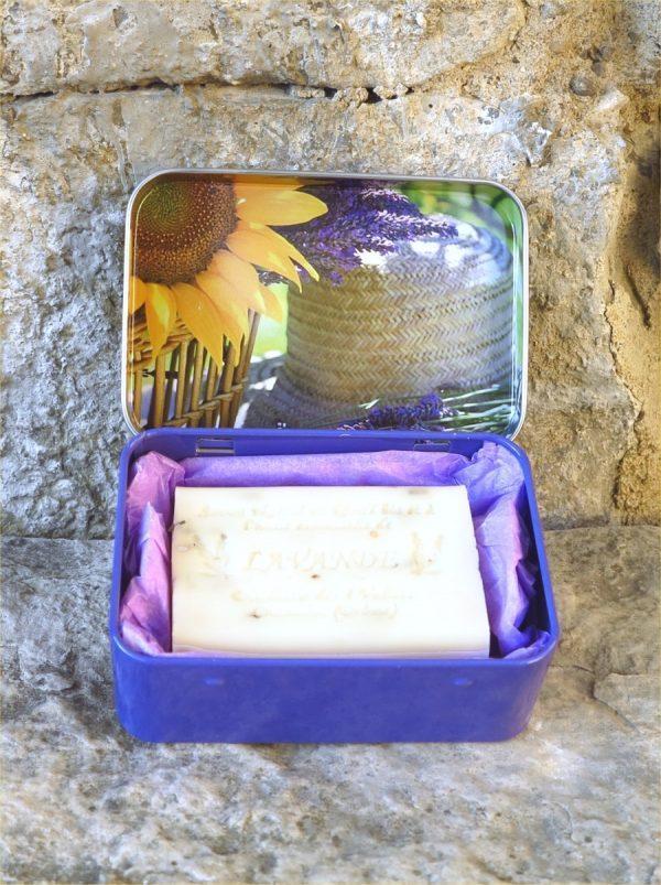 Boite métal motif lavande et tournesol avec un savon blanc