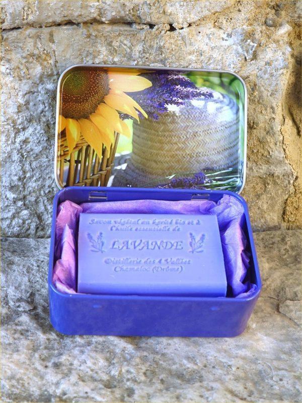 Boite métal motif lavande et tournesol avec un savon bleu