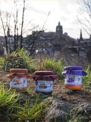 3 pots de confitures à la lavande: oignons/lavande, figue/lavande et gelée de lavande