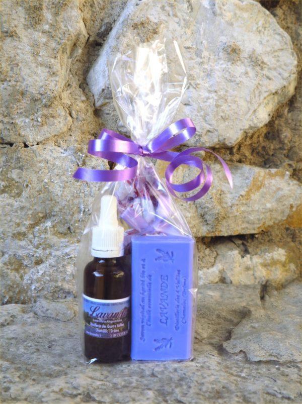 Sachet cadeau avec un flacon d'huile essentielle de lavande, 1 savon bleu à la lavande et 1 sachet de fleurs de lavande