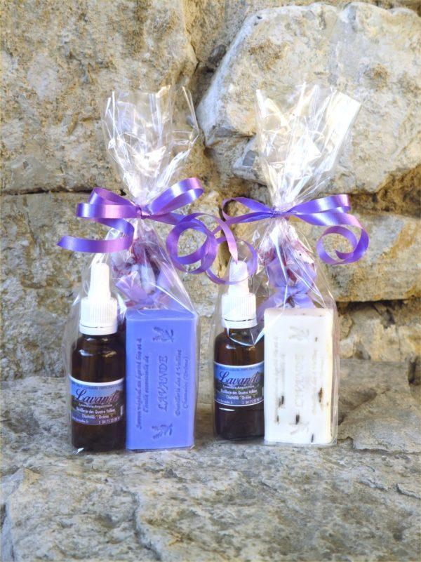 2 sachets cadeau avec un flacon d'huile essentielle de lavande et 1 sachet de fleurs de lavande, l'un avec 1 savon bleu à la lavande, l'autre avec 1 savon blanc avec des fleurs de lavande