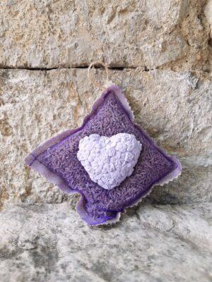 Sachet de fleurs de lavande en lin et organza décoré d'un gros cœur en plâtre couleur lavande