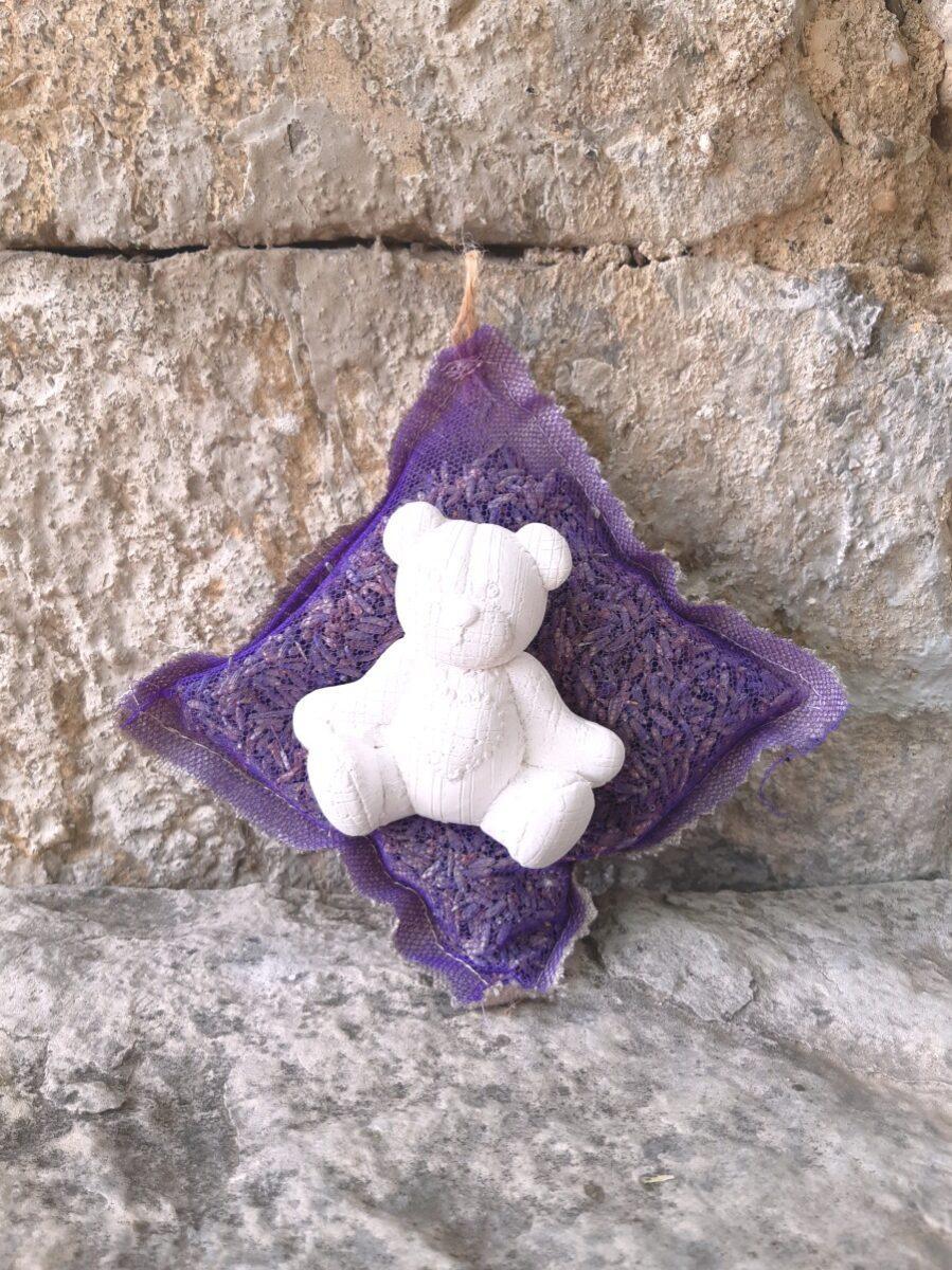 Sachet de fleurs de lavande organza et lin décoré d'un ourson en plâtre blanc