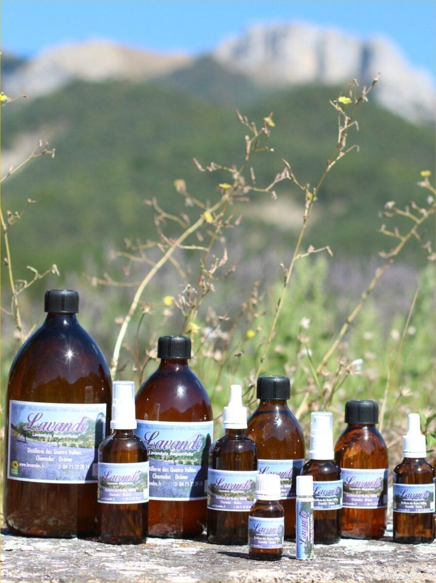 Plusieurs modèles de flacons d'huile essentielle de lavande fine